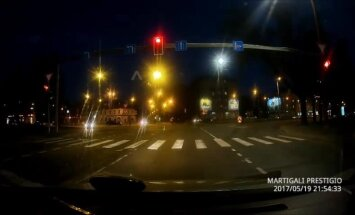 Video: Sieviete pēdējā brīdī pārdomā un strauji maina braukšanas joslu