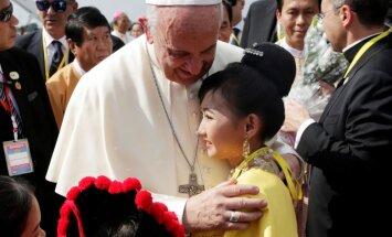 Foto: Pāvests Francisks ieradies vizītē Mjanmā