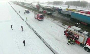 Video: Polijā 75 automašīnu sadursmē cieš vismaz 30 cilvēki