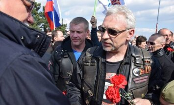 Latvijas 'Night Wolves' Bratislavā sagaida ar ovācijām un saucieniem 'Krievija, Krievija'