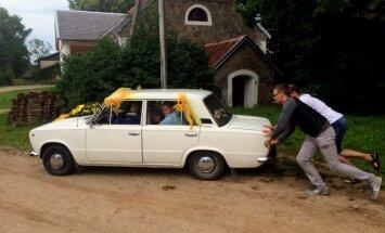 Saulespuķu kāzas ar balto žiguli un citi lasītāju stāsti par laulību auto