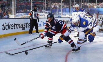 Girgensona pārstāvētā 'Sabres' tradicionālajā 'Winter Classic' mačā zaudē 'Rangers' hokejistiem