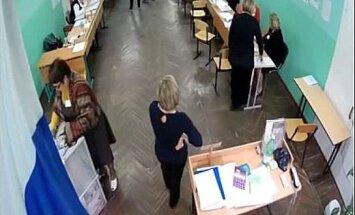 Video izlase: Kā Krievijas vēlēšanu urnās met viltus biļetenus