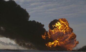 Pēc avārijas ASV uzsprāgst naftas vilciena cisternas