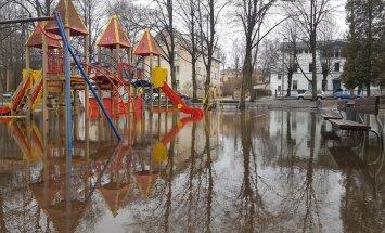 ФОТО: И смешно, и грустно. Весна на детской площадке в Риге