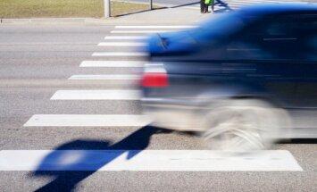 Rīgā auto uz gājēju pārejas notriec divus vīriešus