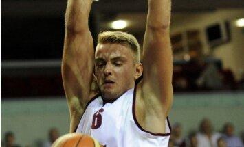 Latvijas vīriešu basketbola izlase pirmspēdējā pārbaudes spēlē smagā cīņā uzvar Somiju