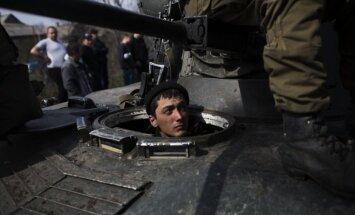 Ukrainas pagaidu prezidents ieročus nodevušiem desantniekiem draud ar tiesu
