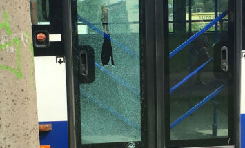 ФОТО: В Риге хулиганы бросили в автобус бутылку и разбили стекло