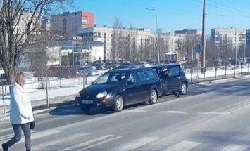 ВИДЕО: Глупая авария на Деглава, или Зачем она вышла из машины?