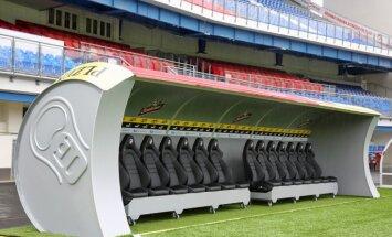 Foto: Pilzenes futbola klubs izveido spēlētāju soliņu alus skārdenes formā