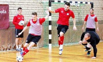 Foto: Latvijas telpu futbola izlase sāk gatavoties mačiem ar Velsu