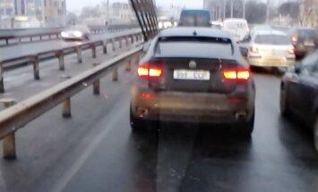 Video: Rīgas ielās brauc ar numurzīmi 'CCP' izdaiļots 'BMW X6'