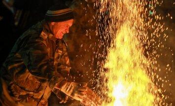 Foto: Vairāki simti Zaķusalā pulcējas pie barikāžu piemiņas ugunskura