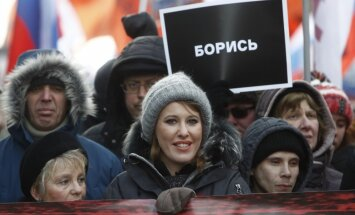 Foto: Tūkstošiem cilvēku ar plakātiem un ziediem Maskavā piemin Borisu Ņemcovu