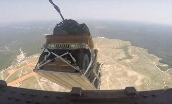 Video: Kā no militārās kravas lidmašīnas ārā met 'Humvee' apvidniekus