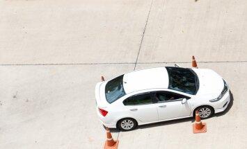 Auto instruktora amata noslēpumi – par blondīnēm pie stūres un noteikumiem, kas apzog