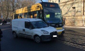 Foto: Tramvaja un 'Fiat' busiņa sadursme Slokas ielā