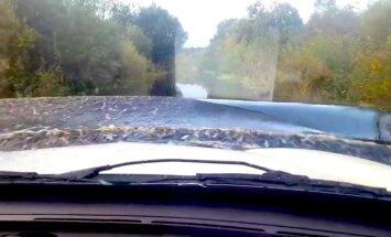 Video: Jestrais brauciens ar auto pa applūdošo ceļu gar Lubānas ezeru