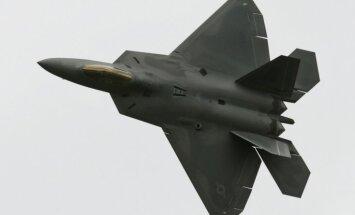 Kaujas lidmašīna nokritusi uz šosejas ASV