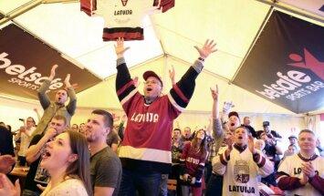 Foto: Latvijas izlases līdzjutēju sajūsma fanu teltī un uzvaras gājiens pa Vecrīgu