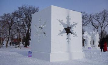 Foto: Latviešu mākslinieki iegūst otro vietu sniega skulptūru čempionātā