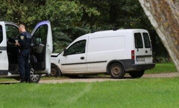 Foto: Autovadītājs Liepājā dzērumā brauc pa parku un trāpa kokā