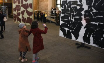 Kas slēpjas 'Aizā'? Lara Strunkes izstādes Dzelzceļa muzejā recenzija