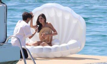 Kārdinoši foto: Itāliešu modele kailām krūtīm pozē kā dieviete