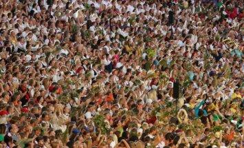 XI Latvijas skolu jaunatnes dziesmu un deju svētku deju lielkoncertā Daugavas stadionā dejotāji arī dziedās