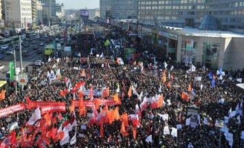 Opozīcijas mītiņā Maskavā pulcējas desmitiem tūkstoši cilvēku