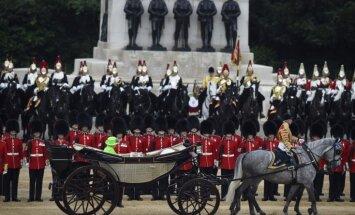Foto: Jubilāre karaliene Elizabete II un karaliskā ģimene Londonā vēro 'Krāsu maršu'