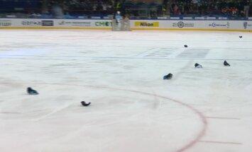 'Sibirj' līdzjutēji aizturēti par cepuru mešanu uz ledus pēc hokejista 'hat-trick'