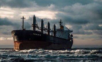 Pie Klaipēdas uz sēkļa uzskrējis kravas kuģis ar 20 cilvēku apkalpi
