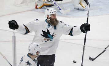 'Sharks' zvaigzne Torntons izdara 1000. rezultatīvo piespēli NHL