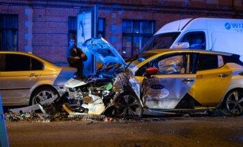 Naktī Valmieras ielā Rīgā sadūrušies četri auto; divi cietušie
