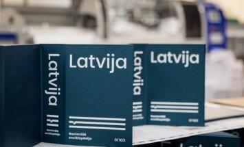 Atvērs Nacionālās enciklopēdijas sējumu 'Latvija'