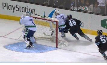 Video: NHL spēlē ripa pati ielec vārtos