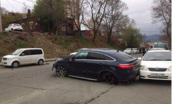 Video: Vladivostokā sieviete ar 'Mercedes', braucot no naktskluba, sadauza 10 auto