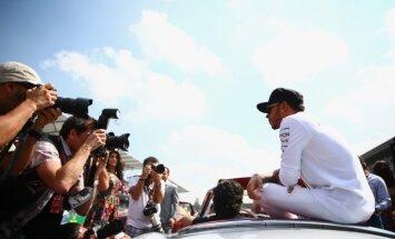 Hamiltons pēc uzvaras Silverstounas posmā samazina kopvērtējuma deficītu pret Rosbergu