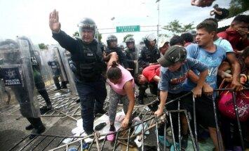 Migrantu karavānu uz Gvatemalas robežas aptur Meksikas policija