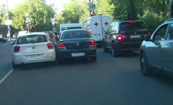 Video: Maskavā autovadītājs par izteiktu piezīmi notriec cilvēku un aizbrauc