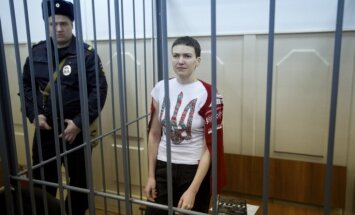 Krievijā apcietinātajai Ukrainas pilotei Savčenko var piespriest līdz 25 gadiem cietumā