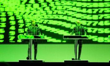 Foto: 'Kraftwerk' radioaktīvie roboti piestāj 'Arēnā Rīga'