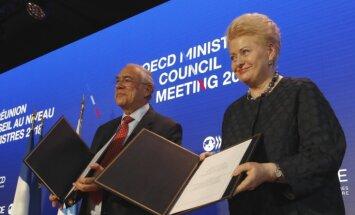 Grībauskaite paraksta līgumu par Lietuvas iestāšanos OECD