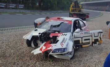 Pirms gaidāmā drifta šova Biķerniekos Blušs avarē ar 1000 ZS auto