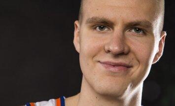 Foto: Porziņģis 'Knicks' mediju dienā atbild uz jautājumiem un pozē kamerām