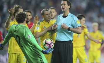 Ukrainian players run to protest against referee Manuel Grafe