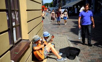 Studenti izveidojuši īsfilmu par Rīgas ielu muzikantiem
