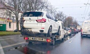 Foto: Rīgā ved degušu 'BMW X5' – drīz būs tirgošanā kā svaigs?